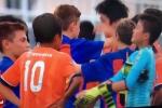 Dễ thương hình ảnh cầu thủ nhí Barca an ủi đội bóng Nhật thua trận