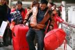 Ảnh: Dân Trung Quốc tay xách, nách mang về ăn Tết