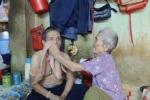 Táng tận lương tâm lừa tiền nhiều cụ già bán vé số ở TP.HCM
