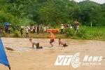 Rùng mình cảnh người dân chở quan tài qua sông mùa lũ