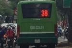 Xe buýt 'đại náo' vỉa hè để thoát kẹt xe khiến dân phẫn nộ