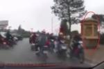 Hàng loạt xe máy 'vô tư' chạy ngược chiều trước chốt CSGT