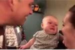 Clip em bé mếu máo khóc òa mỗi khi bố mẹ hôn nhau gây 'bão' mạng