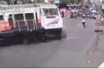 Nhân viên đường sắt liều mình cứu người ngay trước mũi tàu hỏa