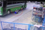 Vội vàng xuống xe buýt, nam thanh niên suýt bị cán chết