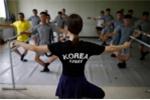 Giáo viên dạy múa ba lê và các học viên trong quân đội Hàn Quốc