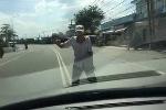 Hãi hùng 'ma men' lao ra giữa đường chặn đầu ôtô