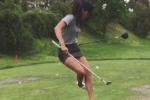 Video: Đá bóng và đánh golf cùng lúc, cô gái New Zealand thành hiện tượng mạng xã hội