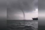Vòi rồng khổng lồ đáng sợ như tận thế xuất hiện trên biển