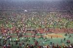 Hàng vạn CĐV tràn xuống sân ăn mừng chiến thắng