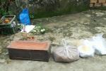 Thi thể thai nhi trong bọc chăn cuộn tròn bị vứt bỏ bên đường