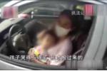 Vừa lái xe vừa cho con bú, bà mẹ trẻ bị phạt gần 700.000 đồng
