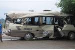 Xe khách phóng tốc độ cao tông xe container, 7 người bị thương