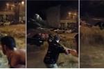 4 người đàn ông nắm tay nhau tạo thành dây chuyền cứu cô gái trong lũ