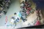 Mẹ dựng xe bất cẩn khiến con ngã ra đường, bị xe máy cán bất tỉnh