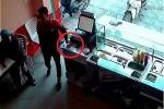 Clip: Trộm điện thoại ngay trước mặt nhân viên cửa hàng