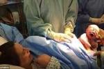 Hình ảnh ngoạn mục khi bé trai tự bò khỏi bụng mẹ giữa ca sinh