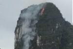 Kỳ lạ núi đá giữa vịnh Hạ Long bất ngờ phát hỏa