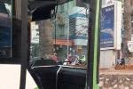Buýt nhanh BRT bị xe taxi tạt đầu, đâm vỡ kính