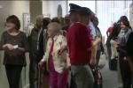 Cụ bà 102 tuổi ước mơ được cảnh sát bắt, còng tay về đồn