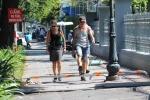 Khách nước ngoài 'sửng sốt' vượt barie trên vỉa hè