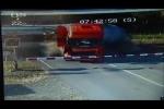 Xe container bị 'bẫy' trong rào chắn đúng lúc tàu hỏa cắt qua và cái kết không tưởng