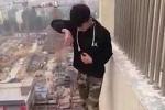 Chàng trai liều mạng nhảy trên mép tường của tầng 22