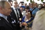 Video: Tổng thống Putin hôn phụ nữ lạ trên phố