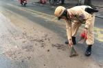 CSGT Hà Nội xúc bùn giữa đường, giúp dân tránh tai nạn giao thông