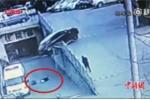 Clip: Nữ tài xế lùi ôtô bất cẩn, húc 2 mẹ con ngã xuống cầu thảm khốc