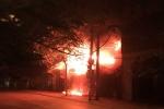 Nhà trọ bốc cháy sau tin nhắn đe dọa, ba người suýt bị thiêu sống
