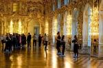 Nữ du khách Trung Quốc thản nhiên cho con tè lên sàn cung điện Nga
