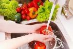 4 dung dịch cực dễ làm, rửa sạch rau quả 'dính' thuốc