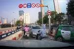 Tìm ra 4 ô tô rồng rắn đi ngược chiều trên cầu vượt ở Hà Nội