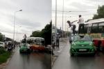 Cô gái trèo lên nóc taxi nhảy múa, bị tài xế đánh ngã lăn xuống đất