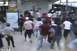 Video: Chạy vội đi làm, thanh niên khiến nhà ga náo loạn vì sợ khủng bố