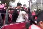 Chú rể lôi xềnh xệch cô dâu khỏi xe hoa gây phẫn nộ