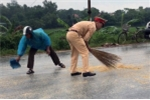Video: CSGT Quảng Ninh thu gom ngô rơi vãi trên đường giúp tài xế