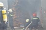 Gần 100 cảnh sát cứu hỏa đám cháy lớn giữa Sài Gòn