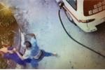 Video: Giám đốc hãng xe vận tải đánh tới tấp nhân viên cây xăng