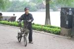 Ảnh: Người Hà Nội mặc áo khoác, đội mũ len giữa mùa hè