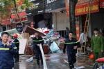 Cửa hàng chăn ga gối bốc cháy dữ dội giữa Hà Nội