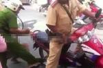 Bóp cổ công an để chồng và mẹ 'cướp' xe máy bị tạm giữ