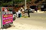 Video: Cảnh sát xắn tay giúp dân gom đồ giữa trời nắng nóng