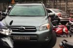 Cố tình lùi xe tông 2 mẹ con, tài xế ô tô bị đánh bầm dập giữa Sài Gòn