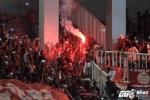 Cổ động viên Indonesia đốt pháo sáng, mừng chiến thắng trước Việt Nam
