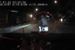 'Ma men' đi xe máy đánh võng trêu ngươi trước đầu ô tô