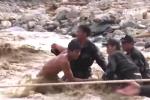 Cứu dân nơi rốn lũ, chiến sỹ cảnh sát cơ động suýt bị nước cuốn trôi