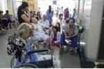 Bệnh viện Bạch Mai: Bệnh nhân nằm la liệt, người đến khám chật như nêm