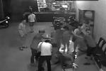 Bàng hoàng hình ảnh những tên côn đồ man rợ đánh chủ quán karaoke suốt gần 3 phút